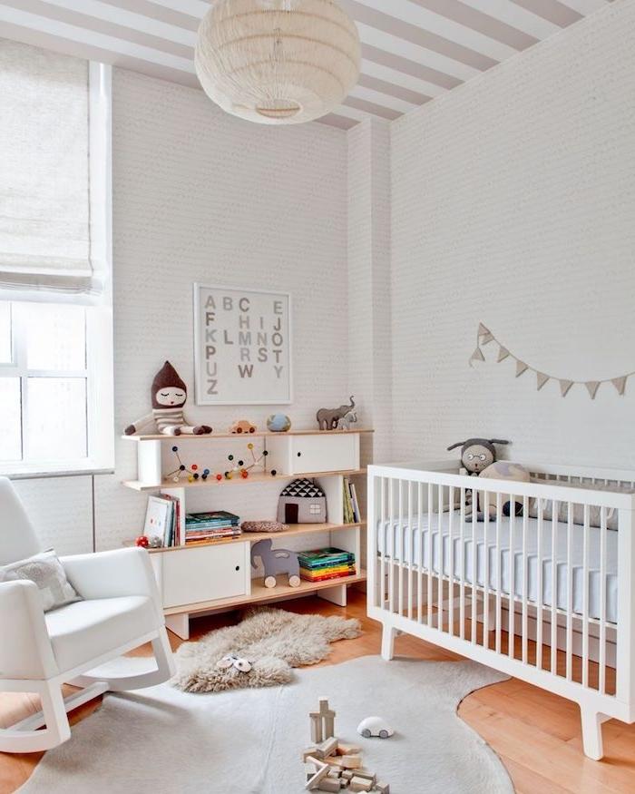 chambre bébé cocooning, rangement jouets meuble bois lit blanc à barreaux parquet clair chaise à bascule mur blanche jouets de bois montessori