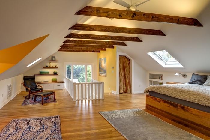 rangement mural étagère bois foncé tapis motifs ethniques chambre sous pente parquet bois marron poutres plafond bois