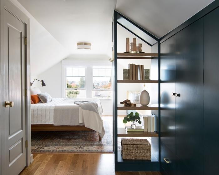 rangement ouvert étagère bois garde robe intégrée bleu foncé chambre sous pente quel mur peindre lampe de chevet noir