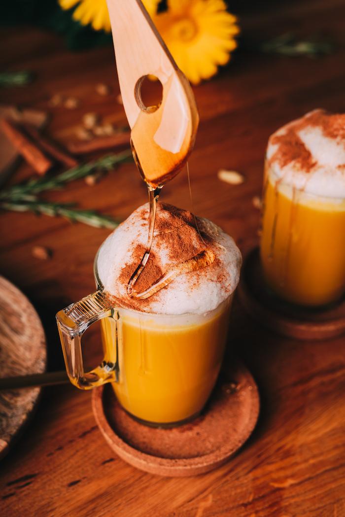 recette boisson noel golden chai latté avec lait de soja et curcuma et mousse de lait cannelle et miel