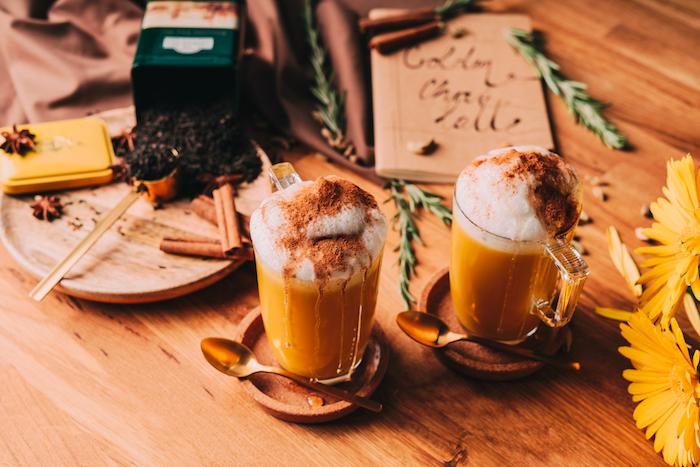 recette boissons chaudes idée de golden chai latté avec thé noir curcuma mousse de lait de soja cannelle et mousse de soja