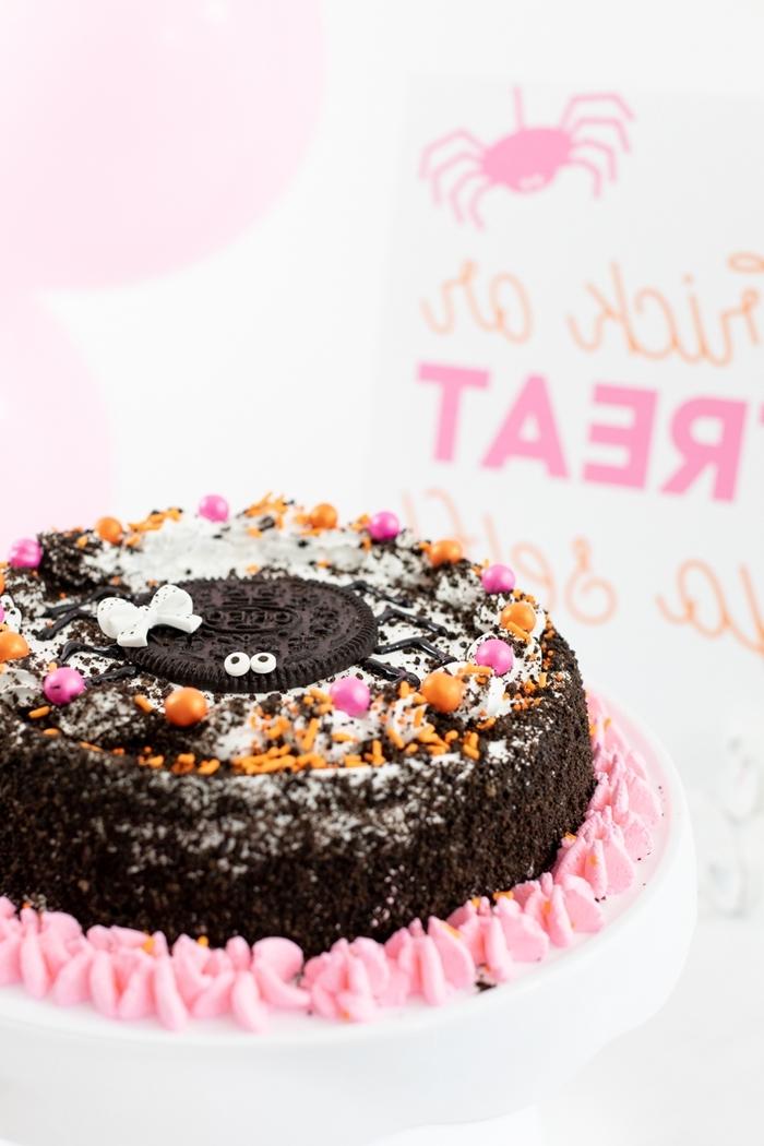 recette cake facile au chocolat biscuits écrasés oréo sprinkles petit gateau halloween perles en sucre meringues