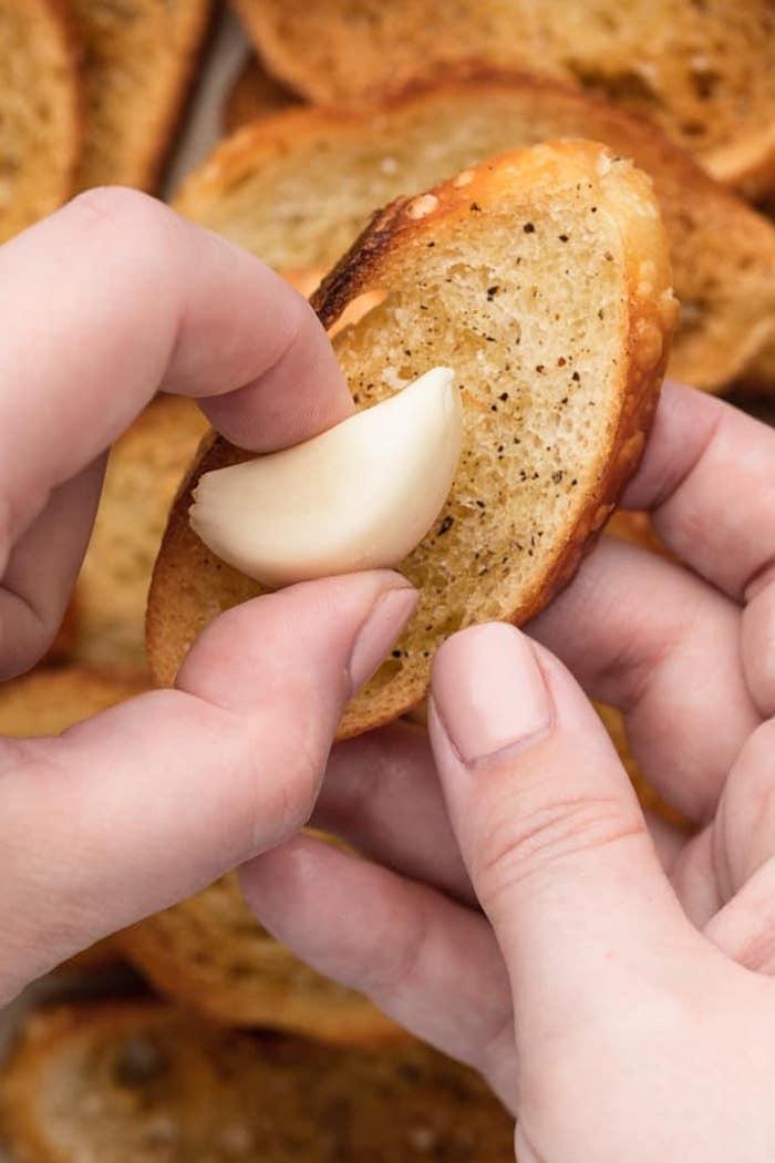 recette de bruschetta comment adonner du gout avec une gousse d ail