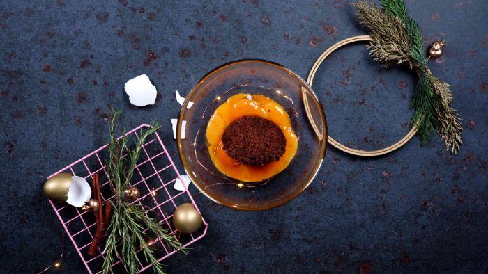 recette de noel boisson chaude mélange jaunes d oeufs et sucre muscovado dans un bol lait de poule recette sans lactose