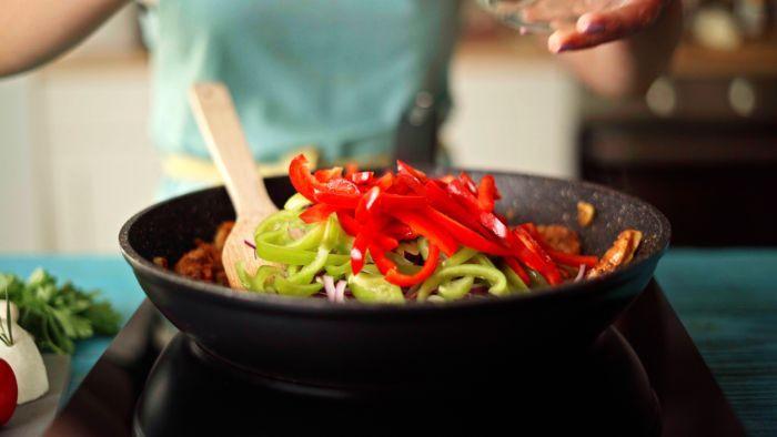 recette fajitas poulet pour quesadilla lanières de poulet aux légumes dans une poêle recette de saison