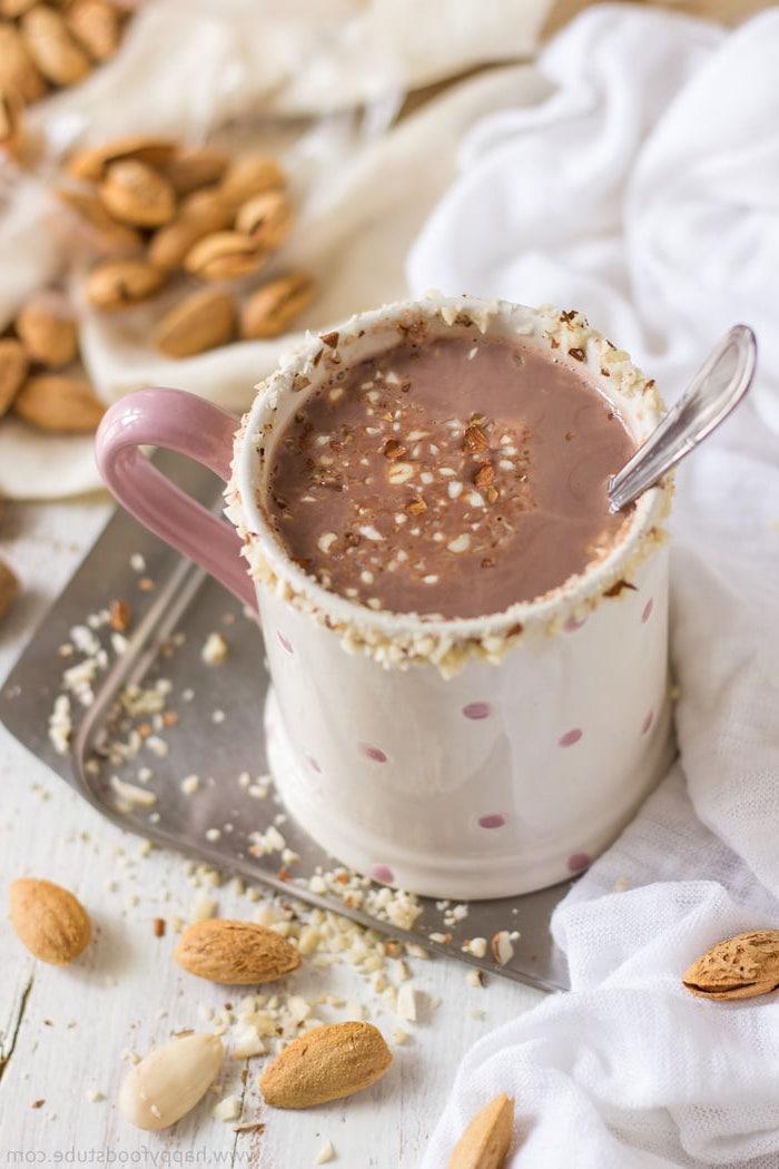 recette healthy de lait d amande au cacao avec des amandes broyées saupoudrées recette boisson originale