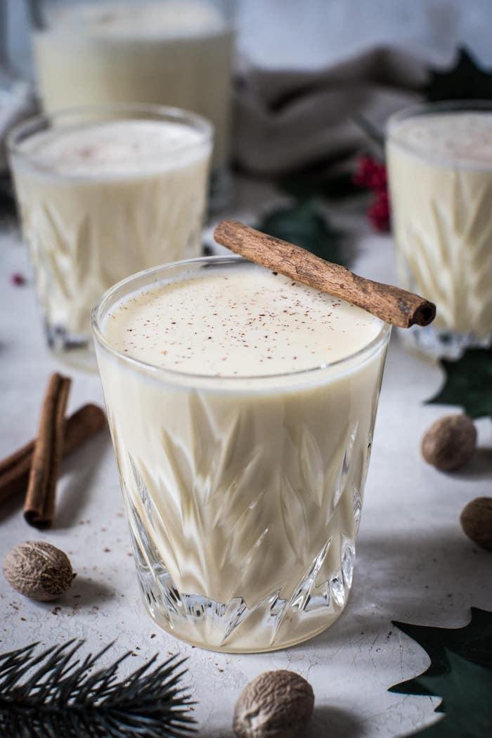 recette lait de poule comment faire boisson chaude avec jaunes d oeufs lait creme fouettée