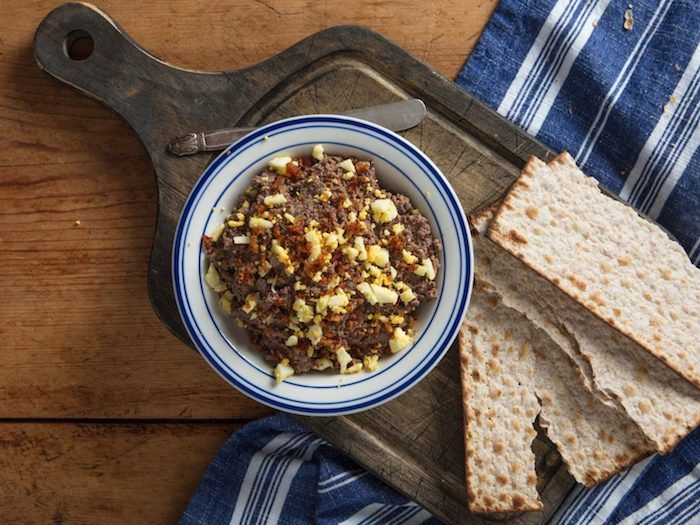 recette tartine de foie avec de cognac et frommage recette juive servi avec de lavas sur une nappe a rayes