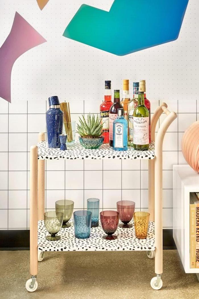 recouvrir un mauble ikea grace au papier peint facade cuisine ikea table a servir avec des verres et bouteilles