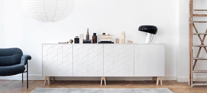 relooker meuble ikea une commode personnalise avec des pieds en bois pres d un fauteuil bleu et un escalier