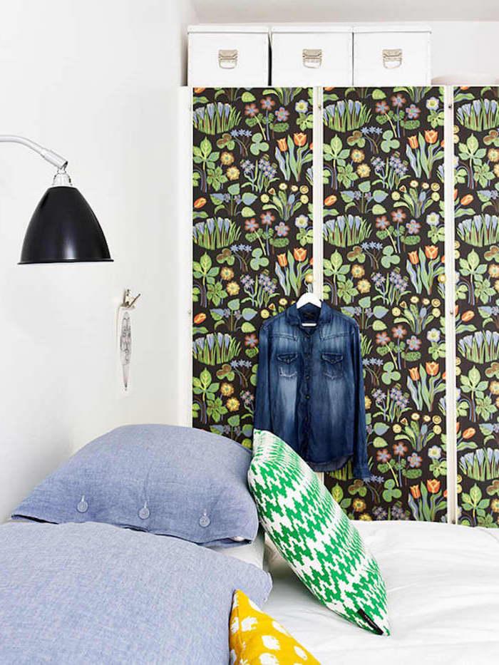 relooker une armoire par papier peint bidouille ikea dans la chambre avec un lit et coussins bleues