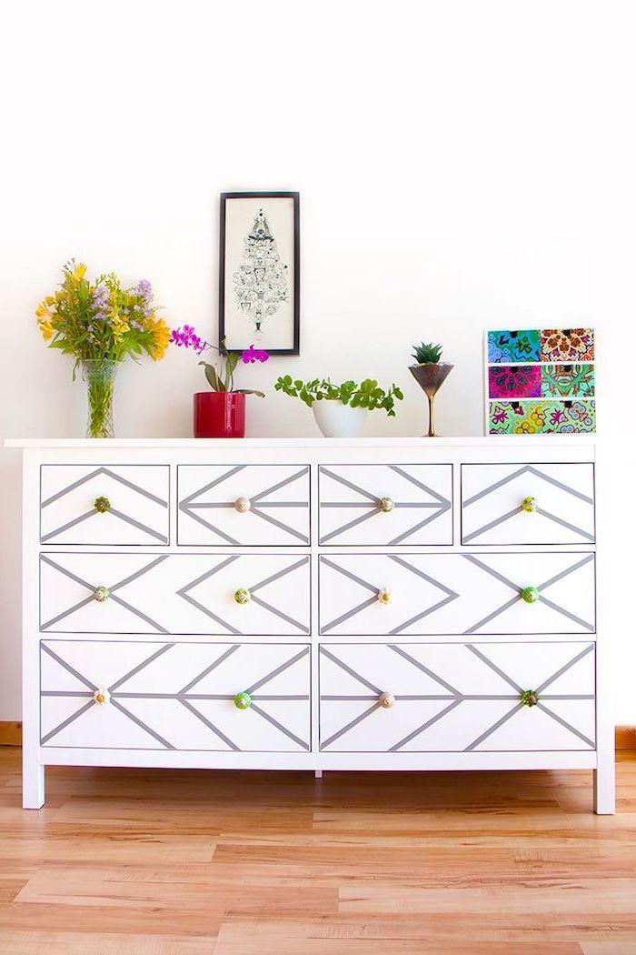 relooker une comode un meuble ikea en bois personnalise dans le salon avec des vases et plantes vertes superposes