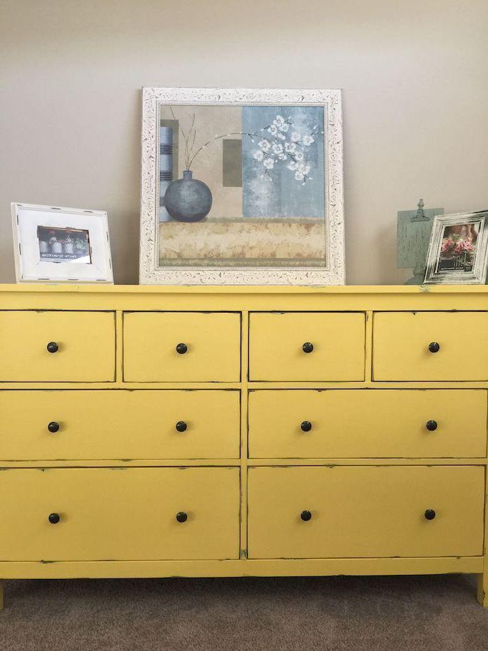 repeindre un meuble ikea un commode en jaune avec des tableaux en jaune