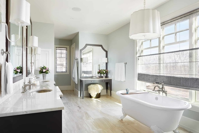revêtement de sol carrelage pierre salle de bain style ancien avec baignoire autoportante miroir meuble gris clair