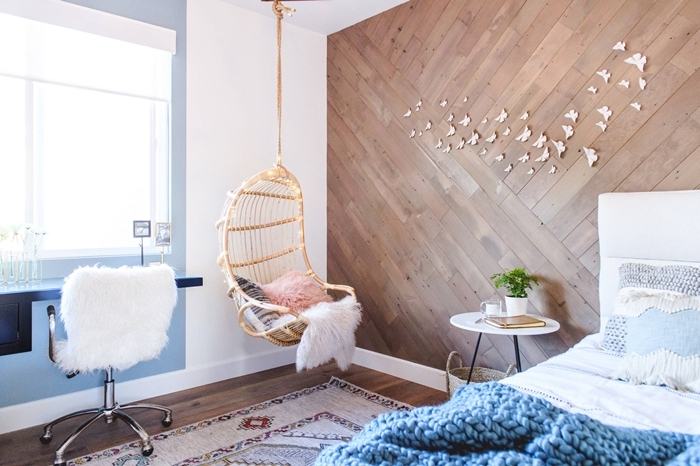 revêtement mur panneaux bois chambre ado fille cocooning chaise oeuf suspendue coussin fausse fourrure