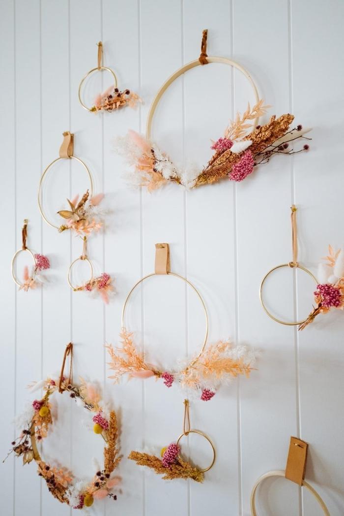 revêtement mural panneaux bois blanc décoration murale à faire soi même couronne fleurs sechees cerceau bois