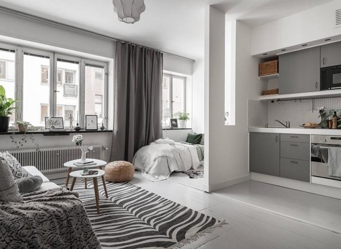 rideaux gris table double plateau bois et blanc décoration scandinave kitchenette pour studio crédence carrelage