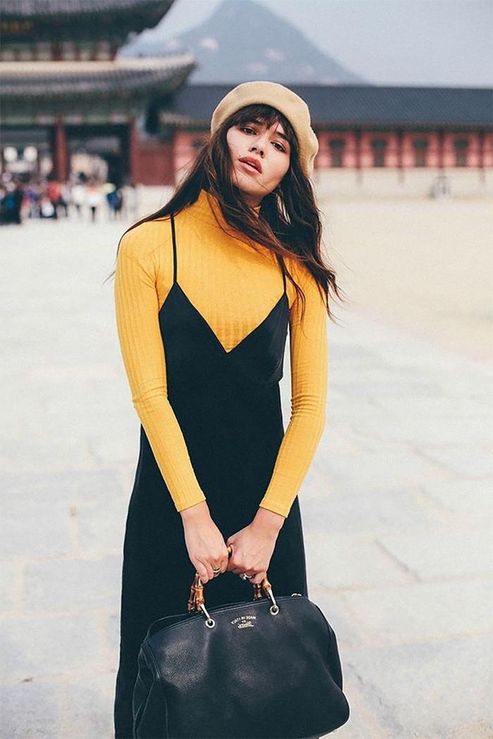 robe décolleté en v noire bretelles pull jaune moutarde casual chic femme sac à main cuir noir béret beige