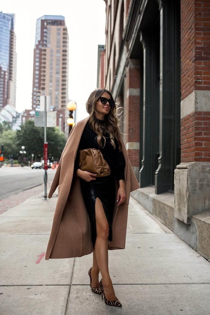 sac à main cuir marron quelle veste porter avec une jupe en cuir fendue noire blouse manches bouffantes manteau long beige