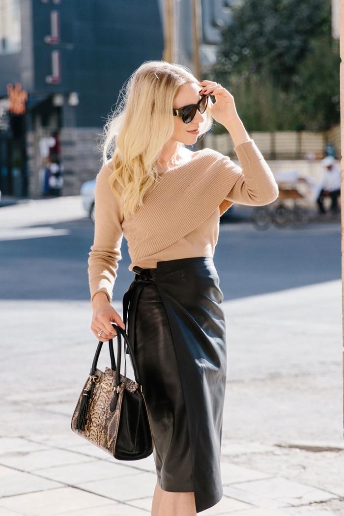 sac à main noir et motifs tigre jupe coupe asymétrique longueur genoux pull croisé beige jupe en cuir longue noire