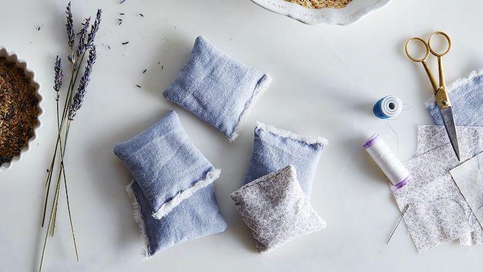 sachet de lavande comment fair avec de tissu et du fils et des ciseaux sur la table