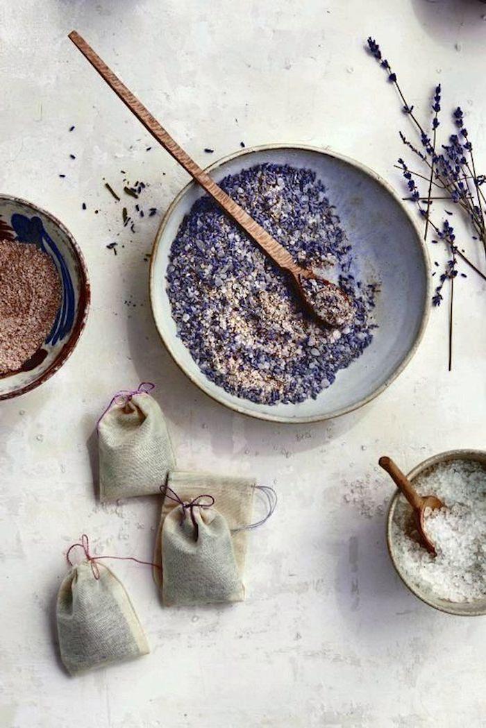 sachets de lavande origiaux de la lavande seche melange avec de sel pour bain idee de conservation