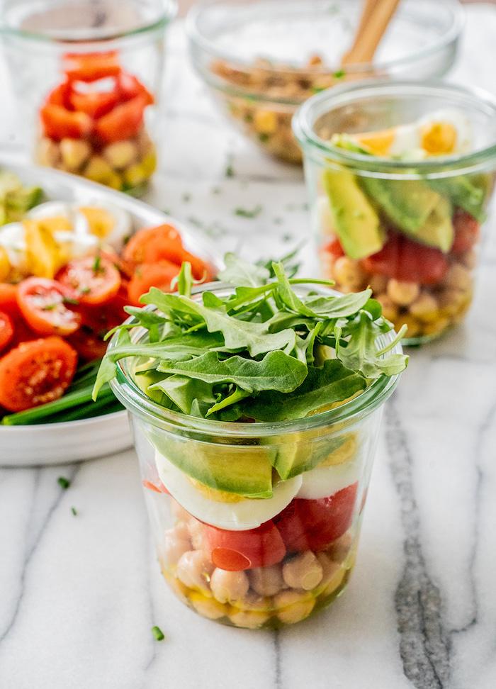 salade composée originale en pot avec oeuf pois chiche tranches d avocat roquette tomates apero dinatoire chic