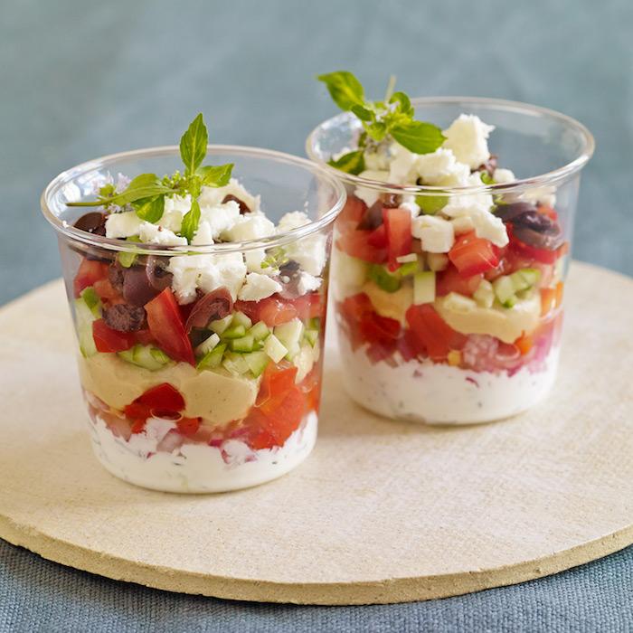 salade grecque en pot avec feta concombres tomates houmous maison idee originale plat individuel