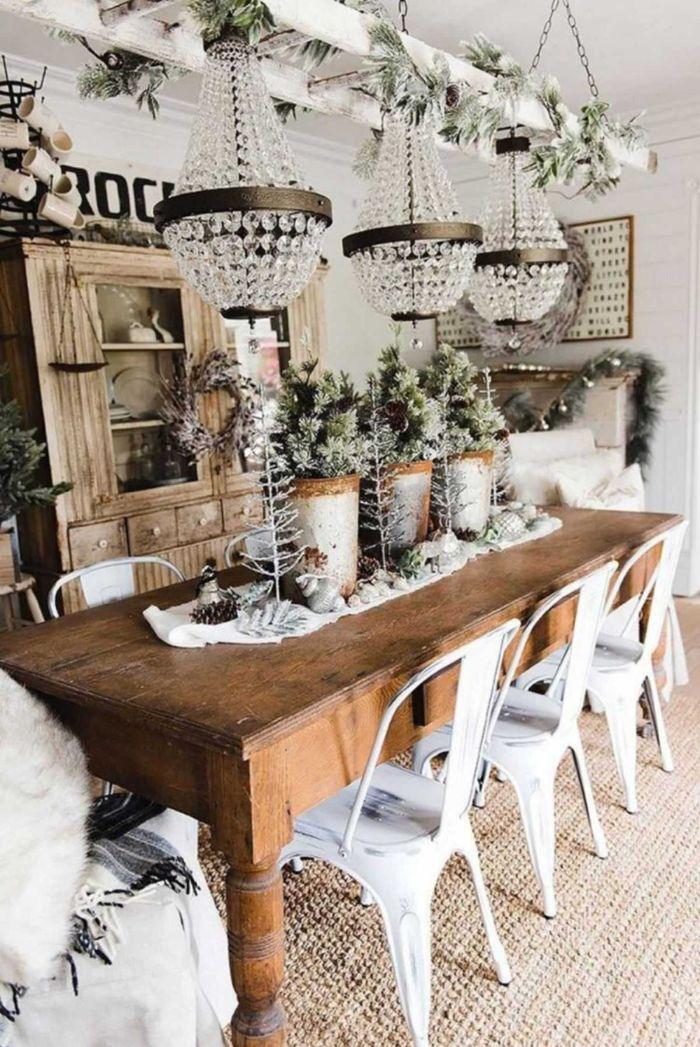 salle à manger rustique avec table bois brut chaises en métal repeints de blanc lustres originaux pins decoratifs murs blancs