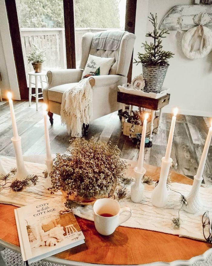 salon rustique deco originale avec tabes basses bougies decoratives fauteuil blanc table de service cagette de bois