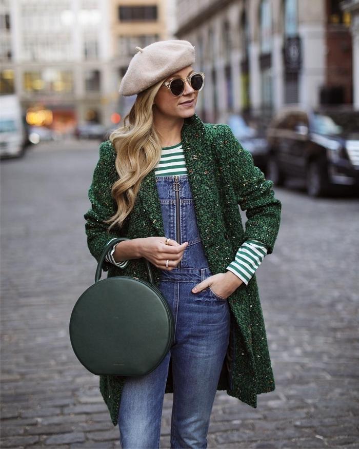salopette denim blouse rayures blanc et vert comment porter le beret manteau vert sac à main rond vert foncé