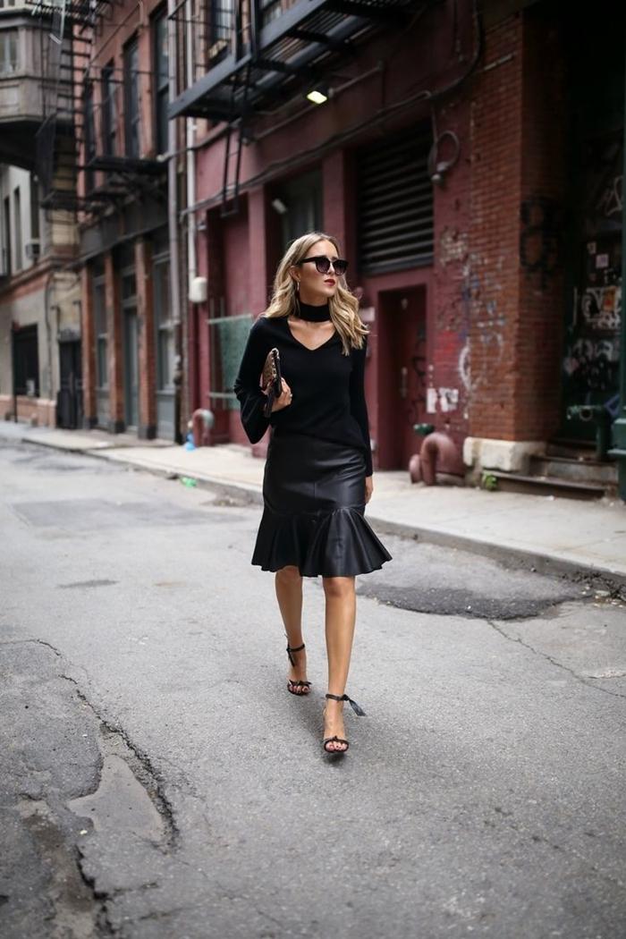 sandales talons noires lacets lunettes de soleil tendance femme blouse col chocker que mettre avec une jupe noire