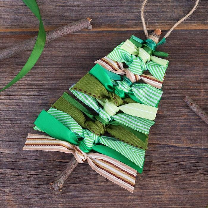 sapin de noel diy alternative mini sapin fabriqué dans baton de bois avec des chutes de ruban couleur verte et marron