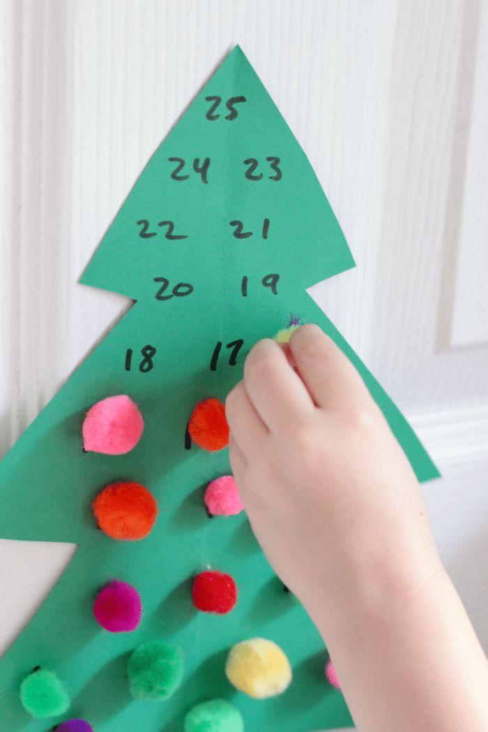 calendrier de l'avent à fabriquer en maternelle, sapin de noel en papier cartonné vert décoré de pompons colorés