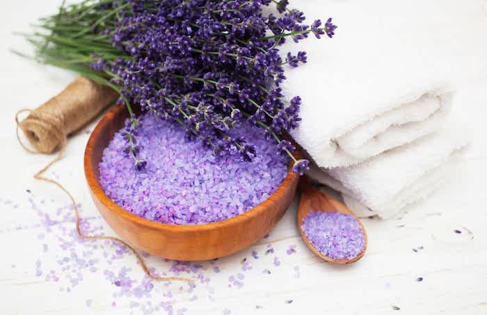 sels de bain de lavande avec un bouquet de lavande a cote eau de lavande maison