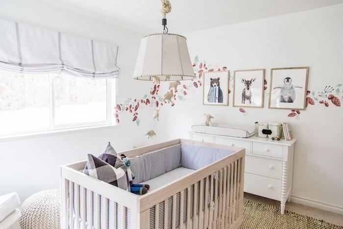 stickers muraux pour la deco murale commode blanche lit bébé de bois pouf idée déco chambre bébé mixte