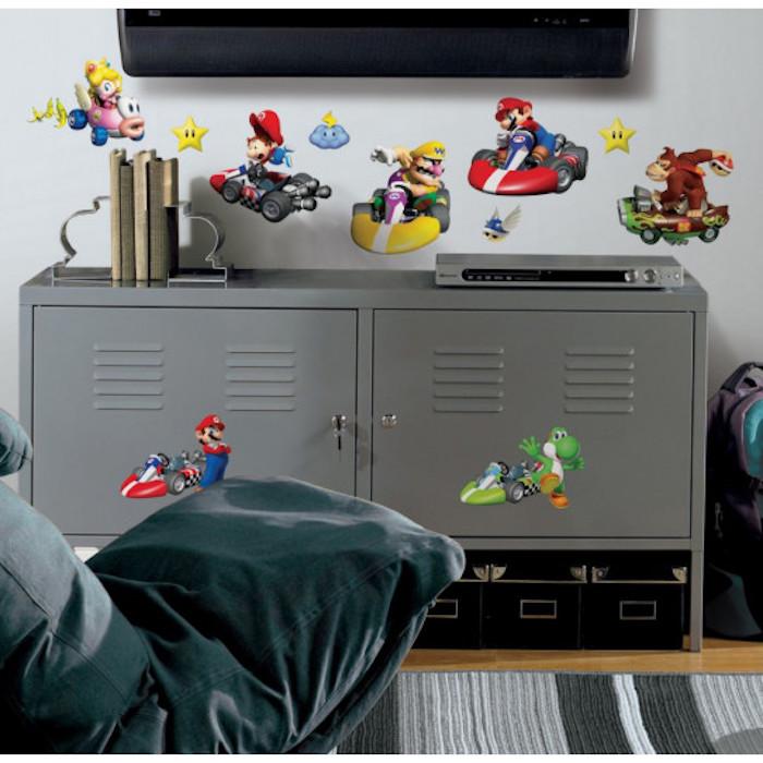stickers muraux pour une chambre d enfant avec un commode gris metal et un televiseur au dessus