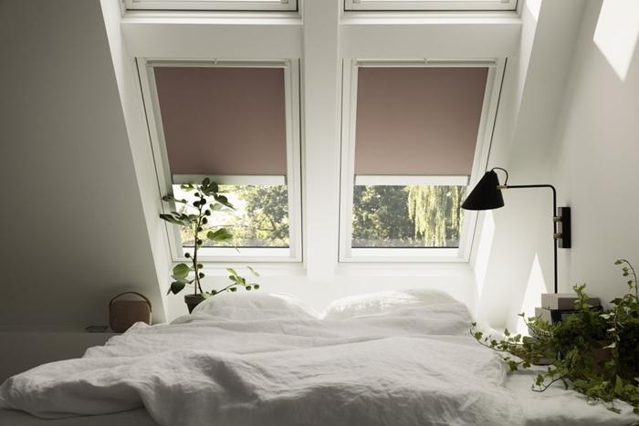 stores fenêtre déco minimaliste chambre parentale cosy sous combles lampe de chevet noir mat plantes vertes intérieur