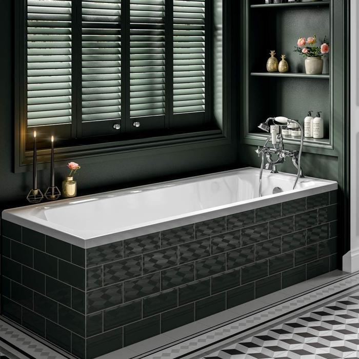 stores fenêtres salle de bain foncée baignoire carrelage métro noir bougeoirs laiton deco art deco moderne étagère