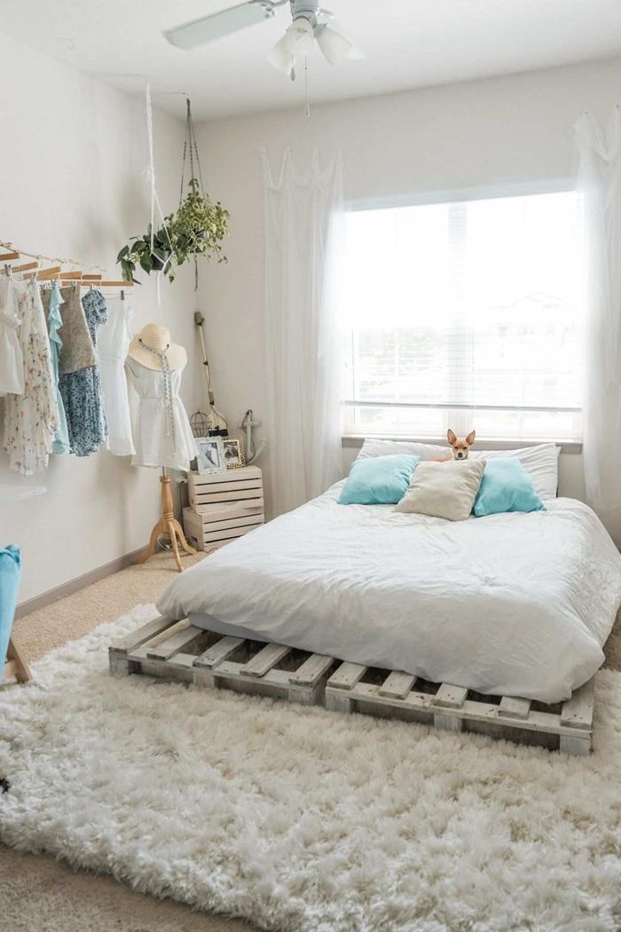 style minimaliste lit palette peinture blanche tapis moelleux blanc aménagement chambre 10m2 ventilateur plafond