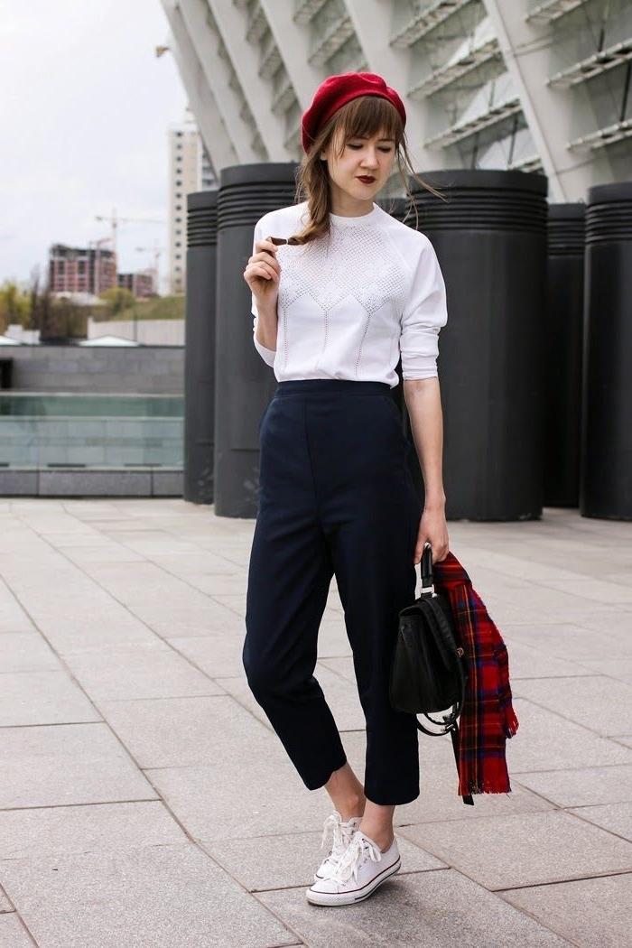 style parisienne casual chic tenue style vestimentaire femme travail blouse blanche pantalon fluide noir taille haute