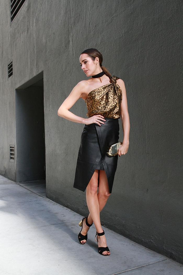 style vestimentaire femme elegante idee tenue avec jupe en cuir soiree jupe longue fendu top motifs animaliers chaussures talons noires