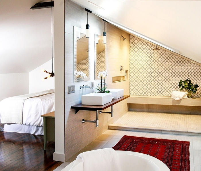 suite parentale sous comble salle de bain semi ouverte mur séparation panneaux bois miroirs tapis rouge baignoire blanche