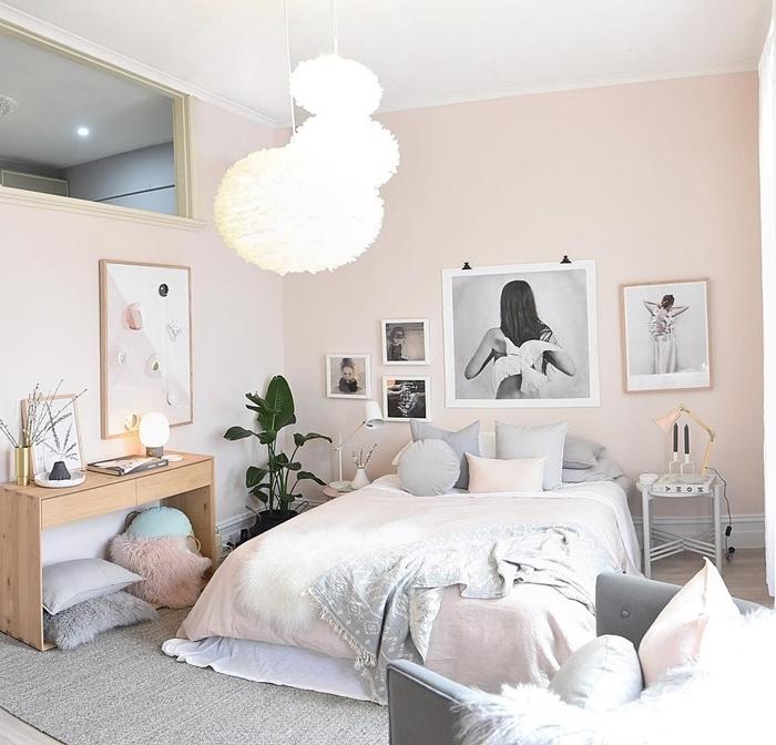 suspension luminaire boule peinture rose pastel meuble bureau bois décoration chambre fille ado en gris et rose