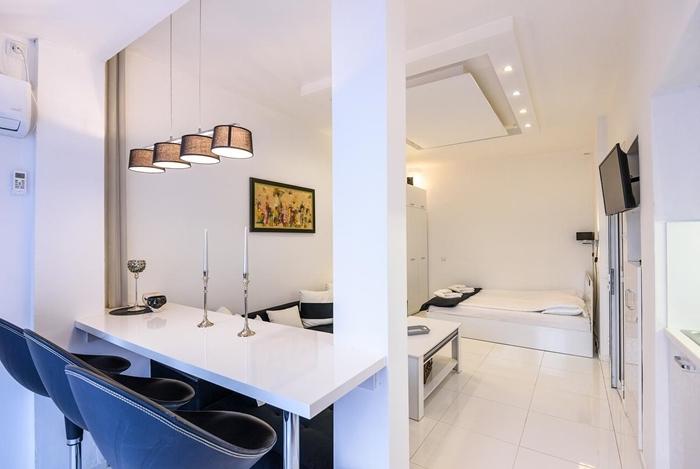 suspension luminaire style moderne amenagement petit espace agencement cuisine avec îlot bar chaise de bar noire