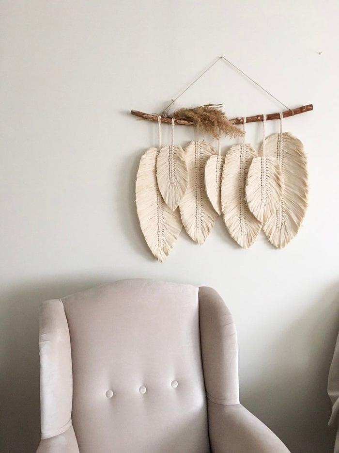 suspension macramé à faire soi même décor minimaliste intérieur fauteil boutonné couleur rose pastel déco murale bois flotté