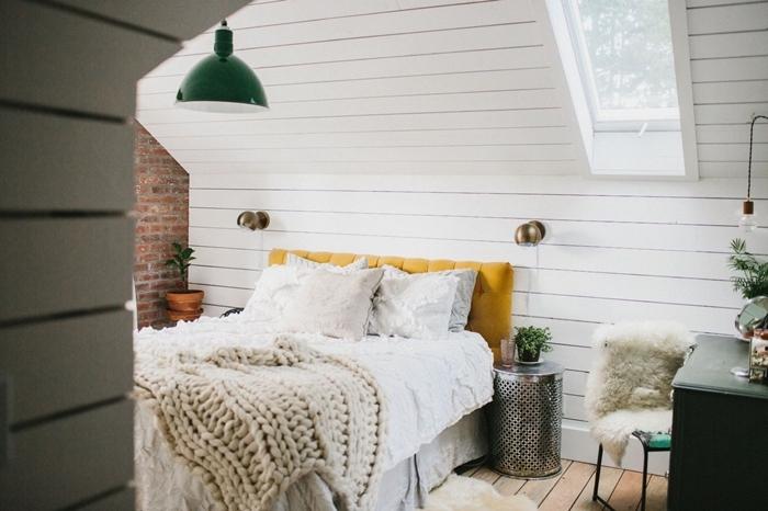 tête de lit jaune moutarde parental chambre cocooning plaid crochet beige parquet bois clair chaise fausse fourrure house