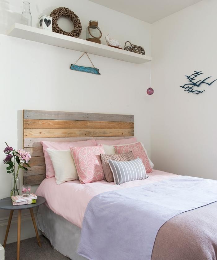 tête de lit planches bois amenagement chambre ado rangement étagère murale coussins mandala rose table chevet