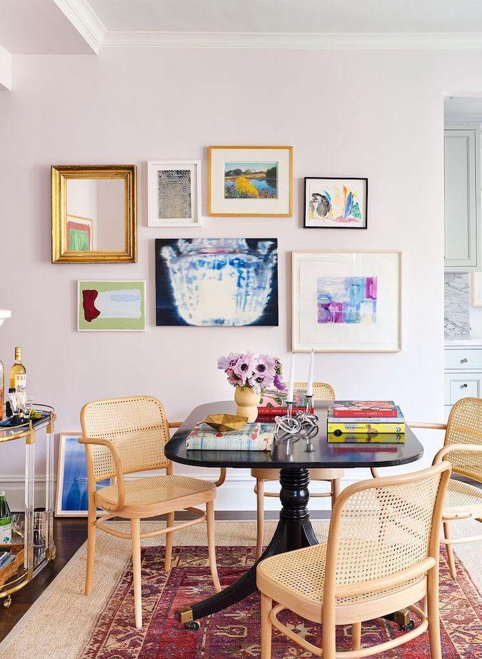 table de cuisine et de repas une piece bien amenagee avec un tapis perse tableaux aux murs roses et fleurs