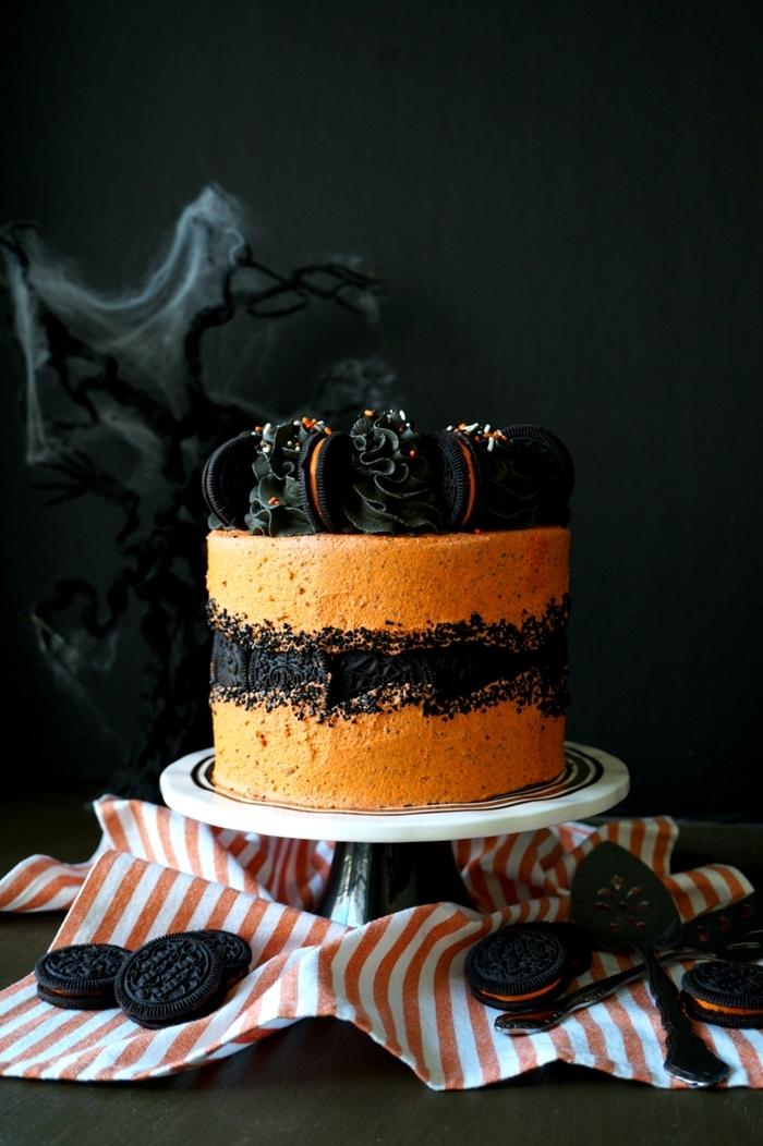table hallwoeen décoration fête toile d araignée branches arbres gateau anniversaire halloween chocolat noir cookies déco de gâteau d'Halloween